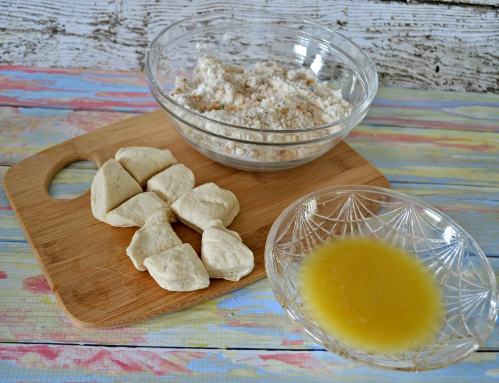 Birthday Cake Monkey Bread Cupcakes #recipe.  Monkey Bread recipe.  Birthday Cake Monkey Bread.  Monkey Bread Cake.  Monkey Bread Cupcakes.  Dessert Recipes.