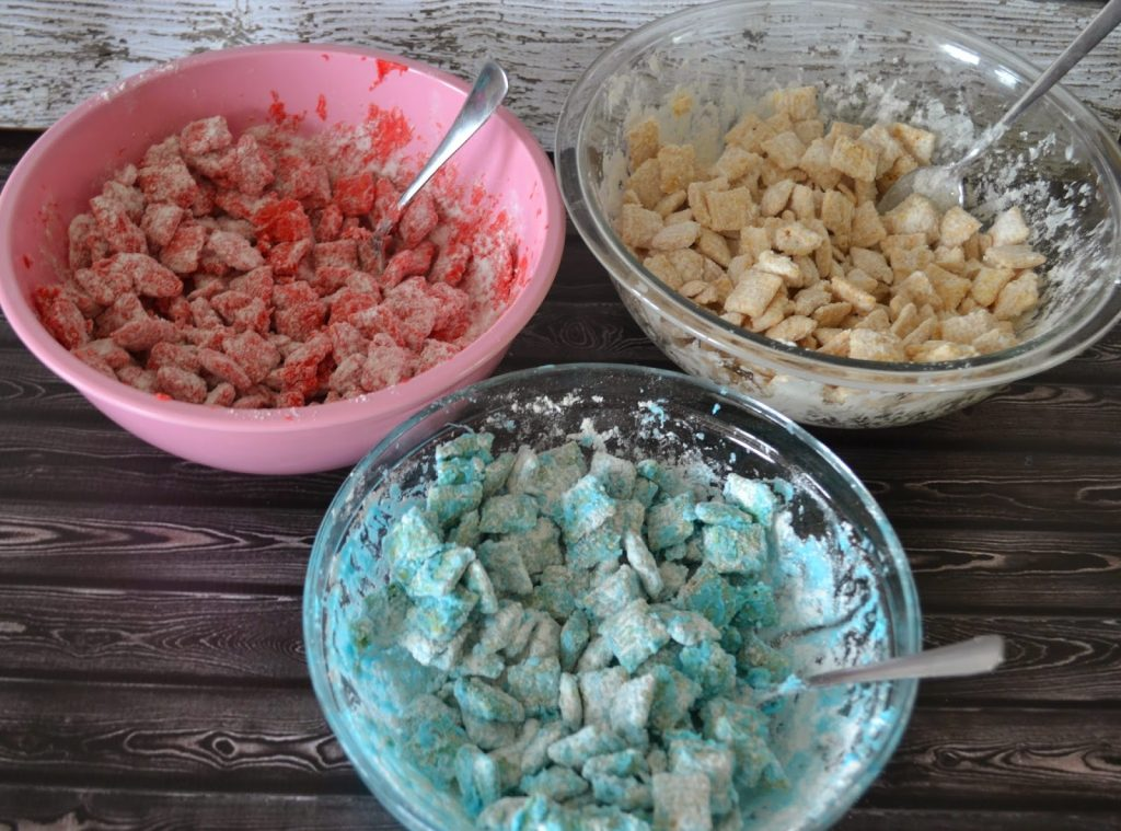 Captain America Puppy Chow Snack #Recipe.  Red, White and Blue puppy chow recipe.  Red, White and Blue desserts.  Superheroes, M&M's, Captain America, M&M recipe.  Recipes with M&M's