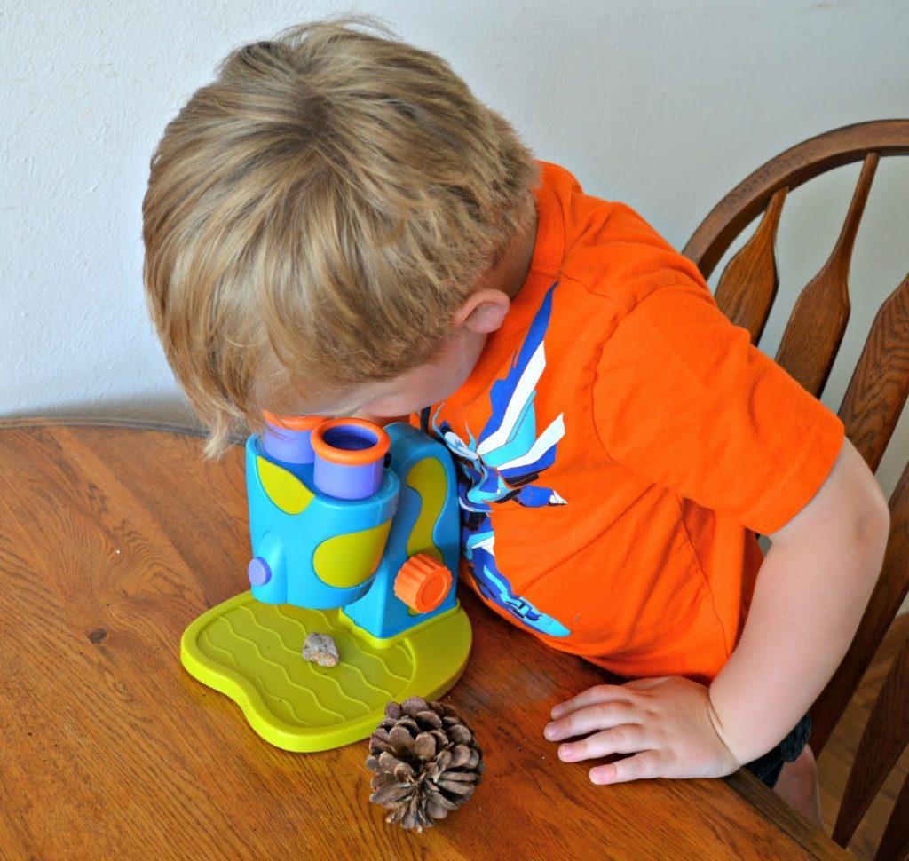 GeoSafari® Jr. My First Microscope.  Microscope for Preschoolers.  Microscope for toddlers.  Toddler gear review.  Educational Insights Microscope