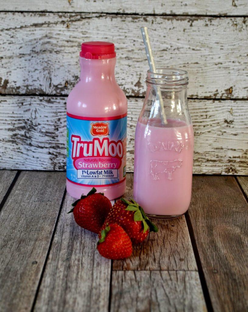 Strawberry Muffins with TruMoo Strawberry Milk #Recipe Strawberry muffin recipe.  easy muffin recipe.  Strawberry milk muffins