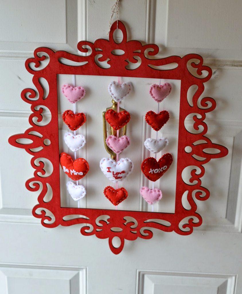 Vintage Picture Frame Valentine's Day Wreath #DIY, Easy Valentine's Day Door Wreath. Valentine's Day Door Decorations.