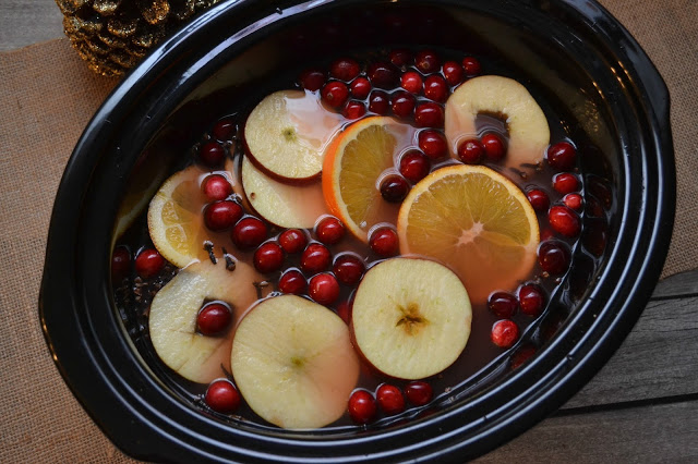 Crock Pot Cranberry Apple Cider, Cranberry Apple Cider, slow cooker cranberry apple cider, apple cider recipe, easy cider recipe, slow cooker apple cider recipes, crock pot apple cider, cranberry orange apple cider, hot cider recipe, holiday drinks, easy holiday drinks, hot holiday drinks, thanksgiving drink ideas, Christmas drink ideas.