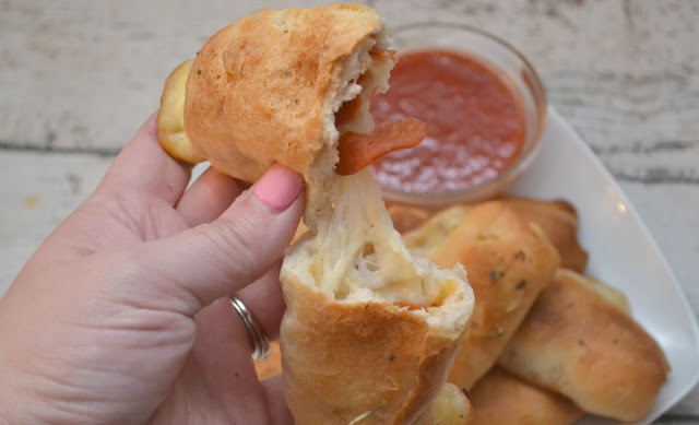 Cheesy Pepperoni Pizza Sticks, pizza sticks, pepperoni pizza sticks, easy pizza recipes, pizza recipes for kids, pizza recipes, cheesy pizza sticks