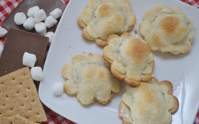 Mini S'mores Hand Pies, S'mores desserts, S'mores pies, S'mores recipes, easy S'mores desserts, S'mores hand pies, S'mores tarts, Summer desserts, summer dessert recipes