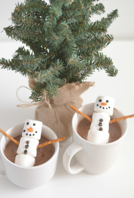 Stephen's Hot Cocoa + Snowman Marshmallows, toppings for hot cocoa, stephen's hot cocoa giveaway, hot cocoa recipes, snowmen marshmallows for hot chocolate. Toppings for hot chocolate, hot chocolate bar, hot cocoa bar, fun holiday drinks, hot cocoa drink, holiday crafts with marshmallows, fun holiday drinks for kids, fun holiday drinks, fun winter drinks for kids, winter drinks, hot winter drinks