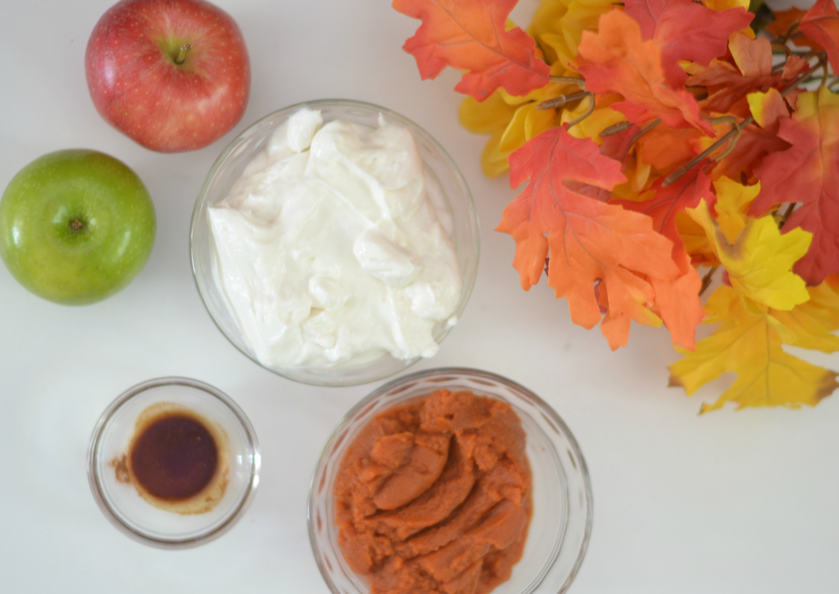 Pumpkin Spice Yogurt Dip, pumpkin spice desserts, pumpkin spice, how to make pumpkin spice dip, Pumpkin Spice greek Yogurt Dip, fall dessert ideas, healthy pumpkin spice yogurt dip, fall recipes, yogurt dip recipes, greek yogurt dip recipes